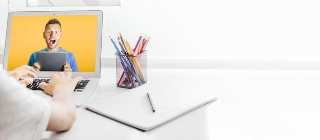 Szkoła w domu poprzez nauczanie w domu przez internet, dziecko siedzi przy komputerze