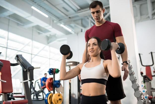 Szkolenie kobiety z osobistym instruktorem