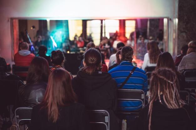 Szkolenie ludzi siedzących w sali, publiczność