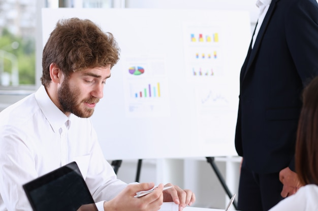 Szkolenie pracownika z pomocą zewnętrznych wykładowców zatrudnionych w celu rozwiązania problemów i obowiązków