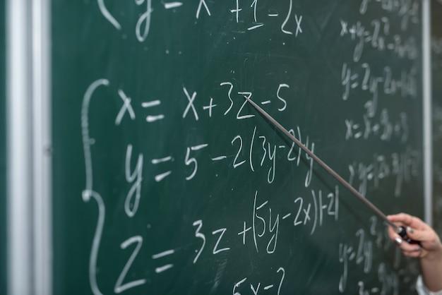 Szkolenie. wzory matematyczne są zapisane na tablicy