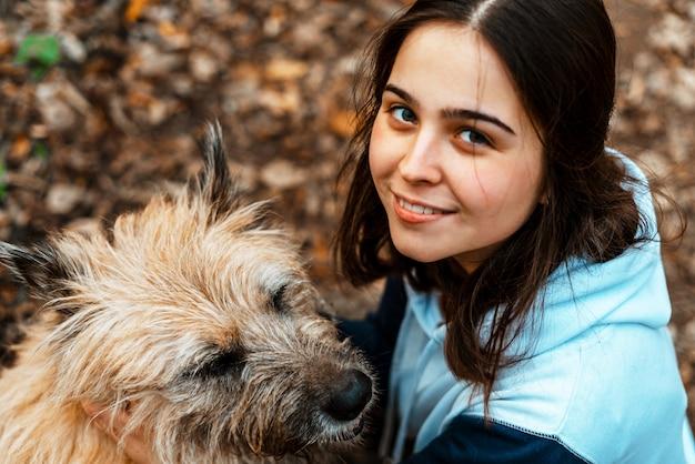 Szkolenie zwierząt. wolontariuszka idzie z psem ze schroniska dla zwierząt. dziewczyna z psem w parku jesień. chodź z psem. opieka nad zwierzętami.