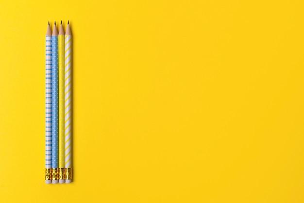 Szkolne biurowe dostawy przy koloru żółtego stołem z kopii przestrzenią.