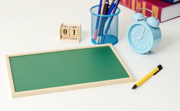 Szkolne książki na biurku w domu, edukaci uczenie pojęcie.
