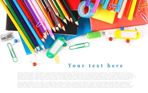 Szkolne narzędzia i akcesoria na białym stole. twoje miejsce na tekst.