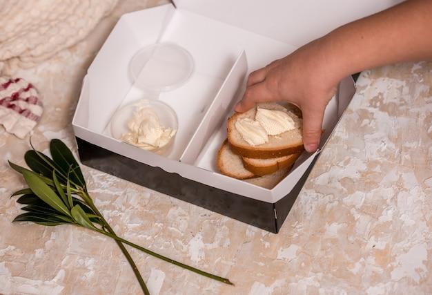 Szkolne pudełko na lunch dla dzieci. powrót do szkoły. ręce dziecka.