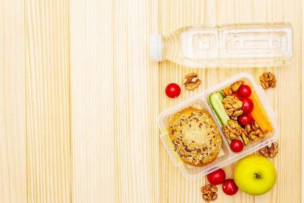 Szkolne pudełko na lunch. powrót do koncepcji szkoły