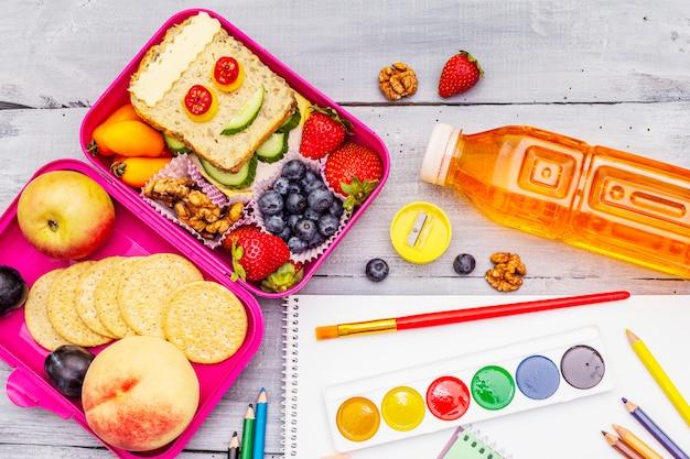 Szkolne pudełko na lunch z przyborami szkolnymi