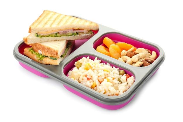 Szkolne pudełko na lunch ze smacznym jedzeniem na białym tle