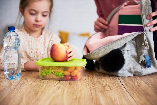 Szkolne pudełko na lunch ze zdrową żywnością