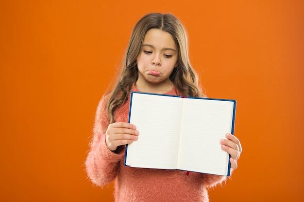 Szkolnictwo domowe. moda dziecięca. dzień dziecka. portret szczęśliwego małego dziecka. szczęście z dzieciństwa. szczęśliwa mała dziewczynka z długimi włosami. małe dziecko dziewczynka. fryzjer dla dzieci. szukać inspiracji.