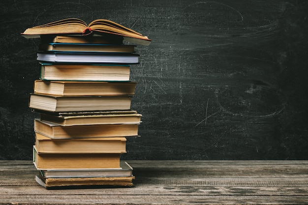 Szkolny blackboard z stosem książki