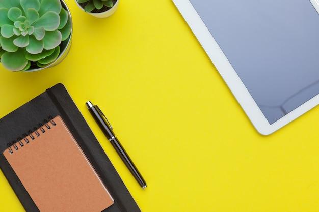 Szkolny materiały na żółtym stole, tło. kreatywny, edukacyjny kolorowy szablon