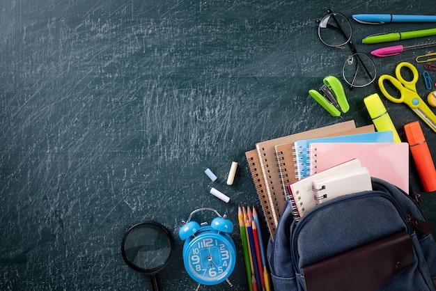 Szkolny plecak i przybory szkolne z tablica tło