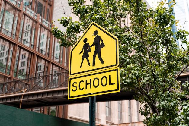 Szkolny znak uliczny w mieście