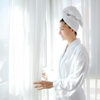 Szlafrok kobieta słoneczne okno białe zasłony