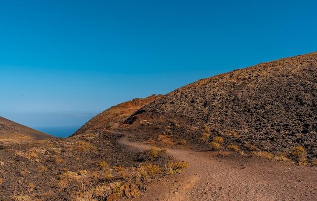 Szlak dochodzący do krateru wulkanu teneguia z trasy wulkanów, wyspa la palma, wyspy kanaryjskie. hiszpania