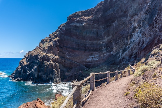 Szlak na plażę nogales na wschodzie wyspy la plama na wyspach kanaryjskich. hiszpania
