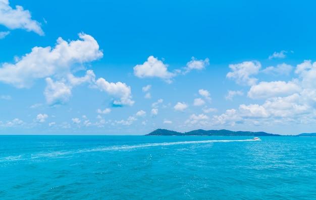 Szlak na powierzchni wody morskiej za łodzią