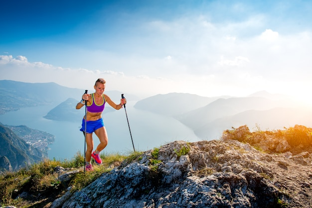 Szlak w górach dziewczyna sportowiec
