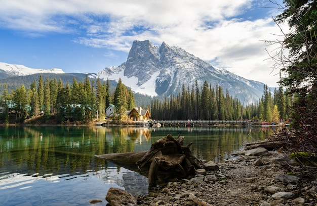 Szmaragdowy jezioro w yoho parku narodowym, kolumbiowie brytyjska, kanada