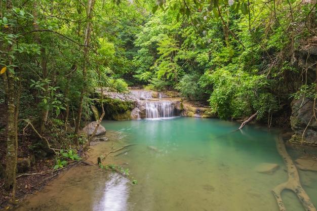 Szmaragdowy wodospad w krajobrazie lasu.