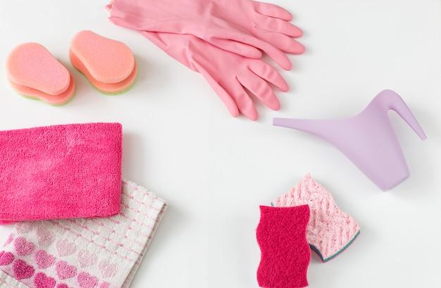 Szmaty, gąbki, jednorazowe rękawiczki i konewka.