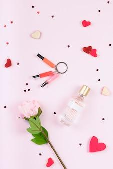 Szminka, perfumy, kwiatki, ozdobne serduszka i