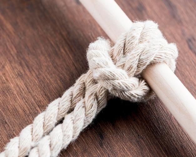 Sznurek mocną białą liną z drążkiem