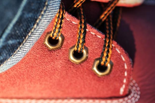 Sznurowadła w czerwonych butach z bliska