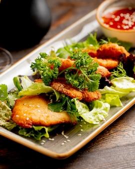 Sznycel drobiowy podawany z sałatą i zieleniną