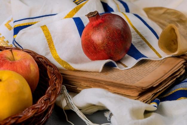Szofar i tałes ze szklanym słoikiem miodu i świeżymi dojrzałymi jabłkami. żydowskie symbole nowego roku. rosz ha-szana