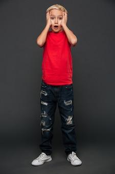 Szokująca chłopiec dziecka pozycja odizolowywająca