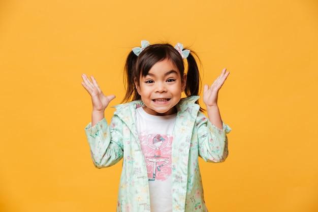 Szokująca małej dziewczynki dziecka pozycja odizolowywająca