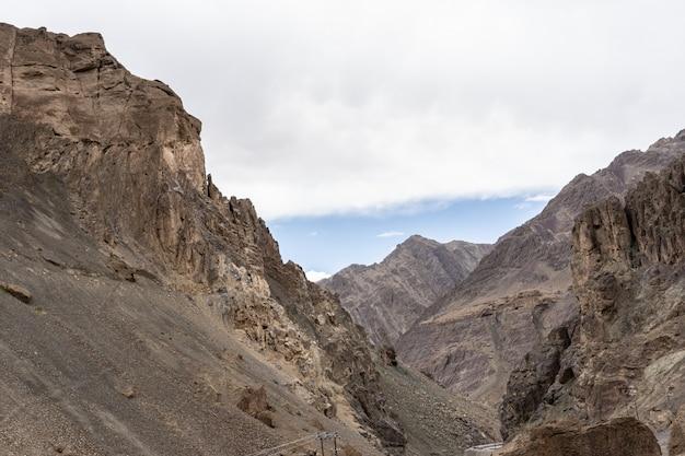 Szokująco opustoszały krajobraz moonland w lamayuru, w ladakh w indiach