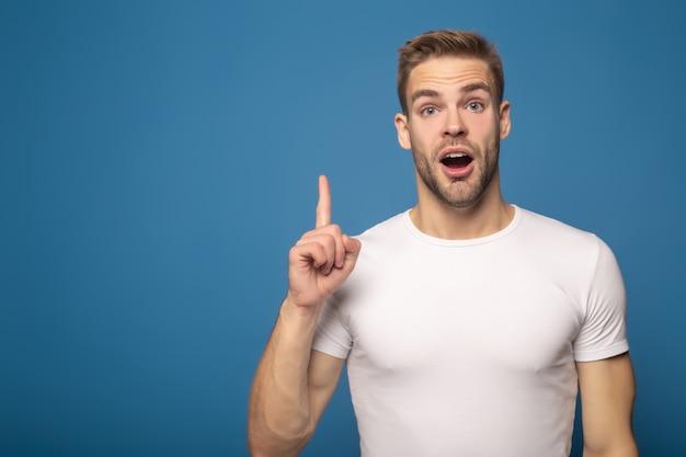 Szokujący mężczyzna pokazuje pomysłu gest odizolowywającego na błękicie
