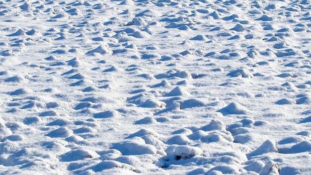 Szorstka tekstura śniegu przy słonecznej pogodzie