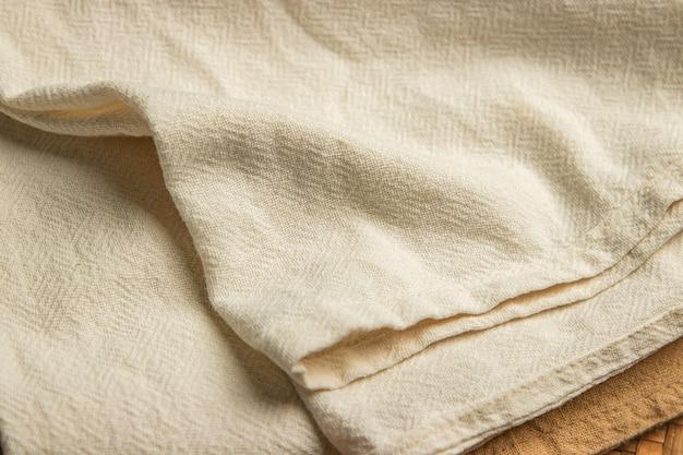 Szorstka tkanina bawełniana na tradycyjnym krośnie w tajlandii, surowiec zwykły materiał do naturalnego barwienia
