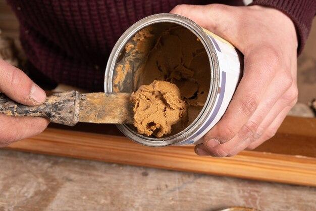 Szpachla i kielnia do renowacji drewnianych mebli i powierzchni
