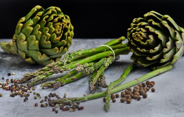 Szparagi i karczochy z ziołami