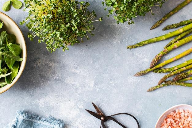 Szparagi i rzeżucha na stole