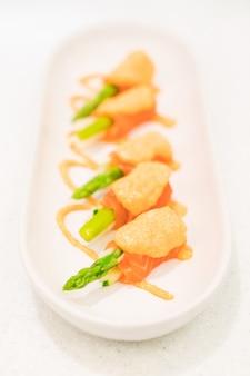 Szparagi z łososia
