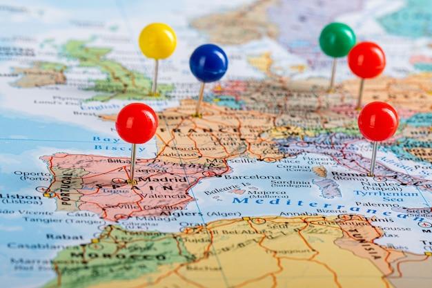 Szpilki mapy europy podróżują podczas planowania podróży.