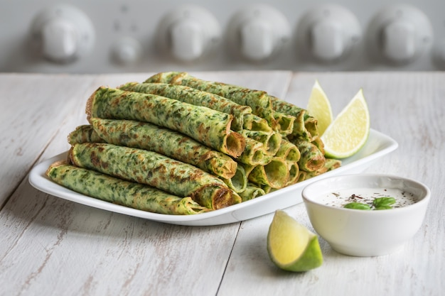 Szpinak adai - indyjskie zielone naleśniki. jedzenie ramadan.