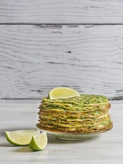 Szpinak adai - indyjskie zielone naleśniki. jedzenie wegetariańskie.