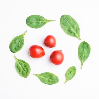 Szpinak wokół pomidorów cherry