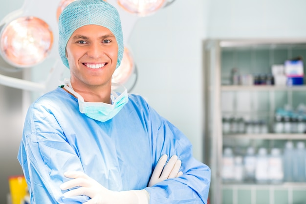 Szpital - lekarz chirurg w sali operacyjnej