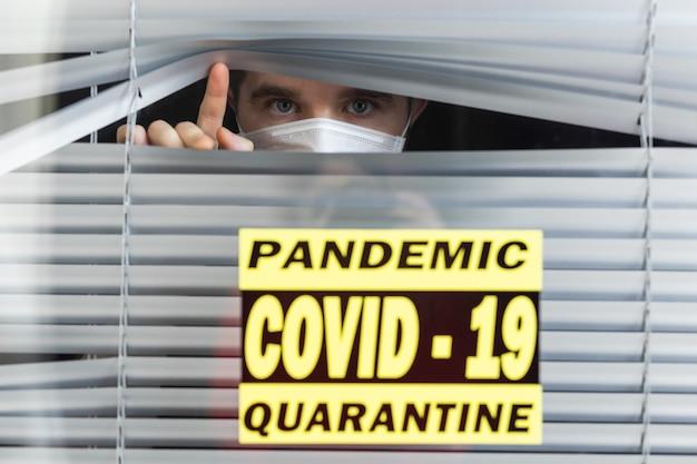 Szpitalna kwarantanna lub izolacja pacjenta stojącego samotnie w pokoju z nadzieją na leczenie pandemii koronawirusa covid-19