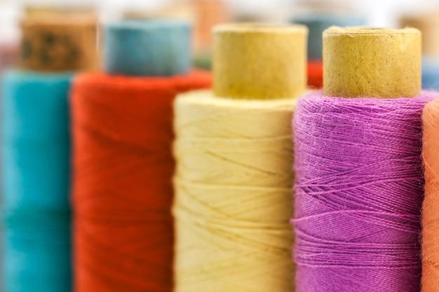 Szpule lub szpule z wielobarwnych nici do szycia