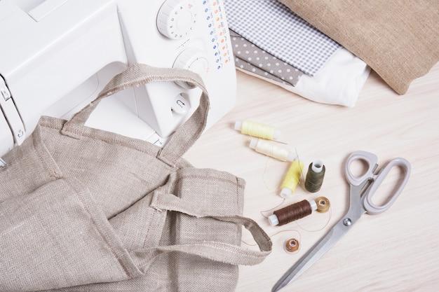 Szpule nici, nożyczki, maszyna do szycia i eko lniana torba, domowa torba na zakupy, modne kolory zero waste
